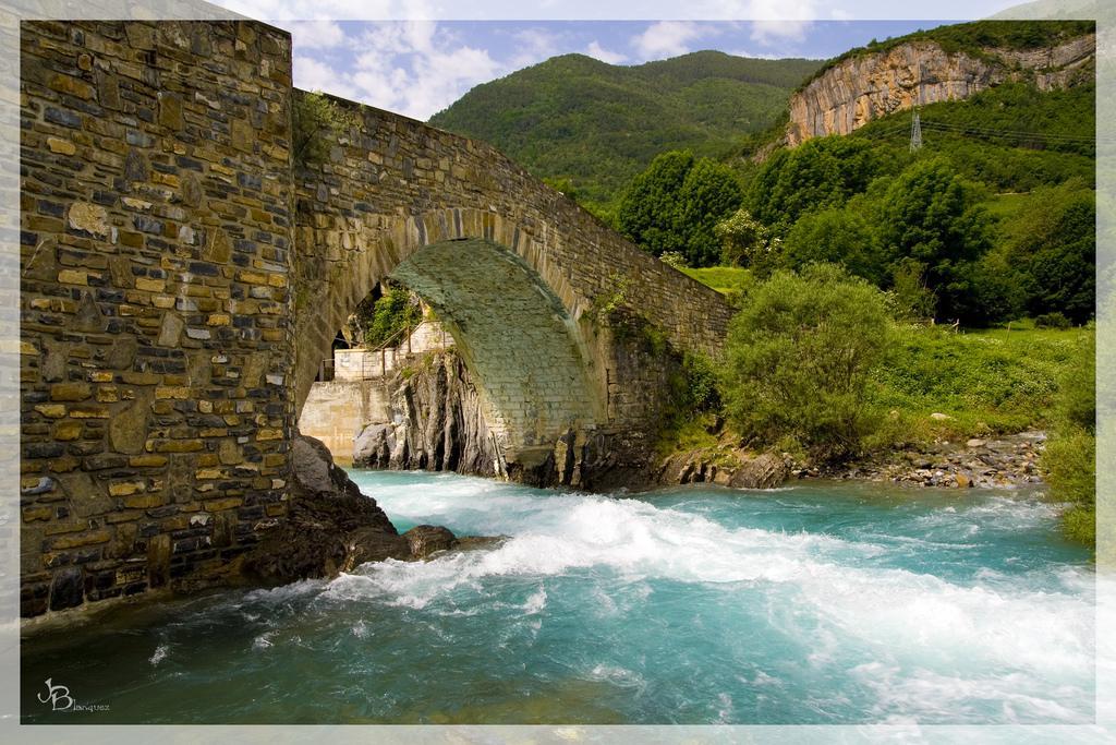 Resultado de imagen de vistas hacia el río Ara, el puente y el pueblo deshabitado de Jánovas.