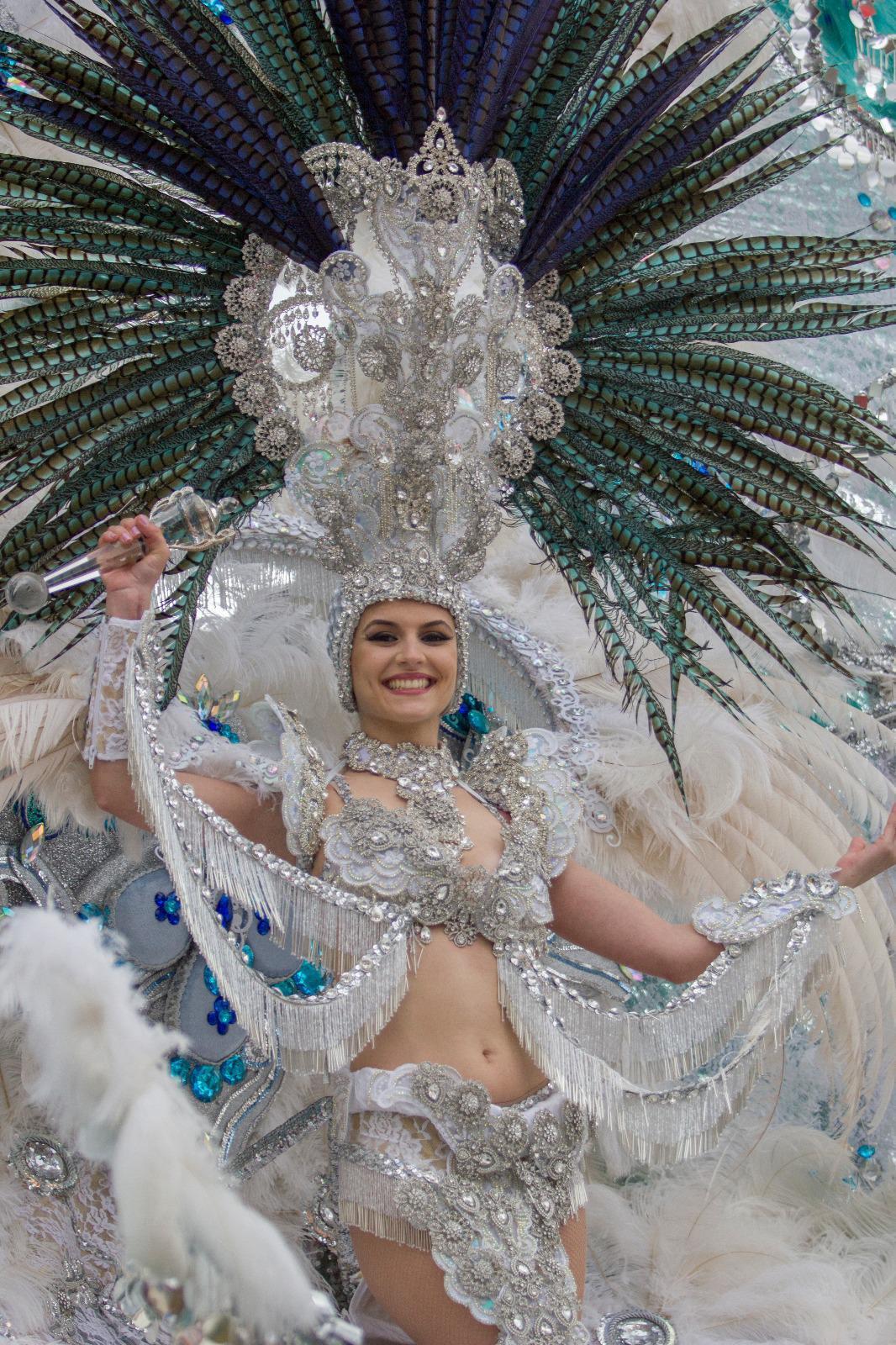 El Coso Apoteósico del Carnaval de Los Cristianos llena el centro de la ciudad con más de 35.000 personas