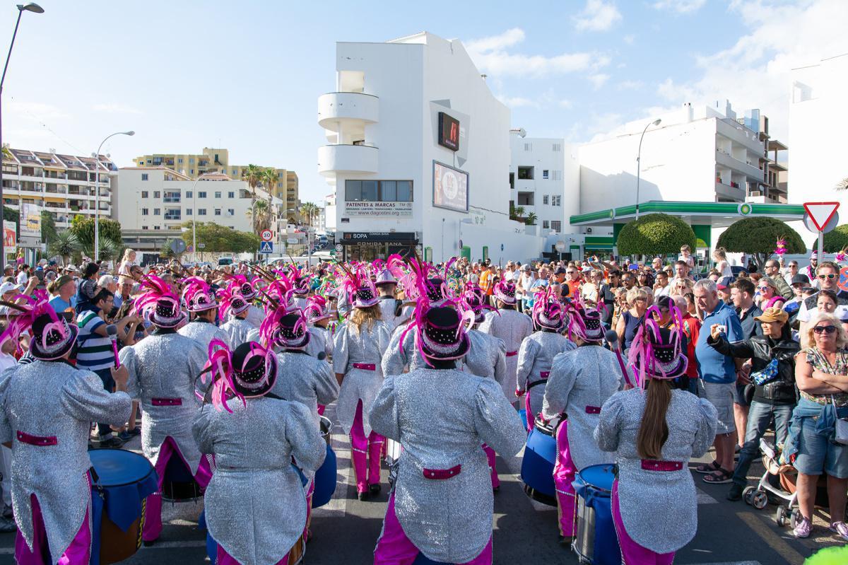 La Banda de Música, el tradicional Pasacalle y las murgas visten el primer domingo de la `Jungla´ en Arona