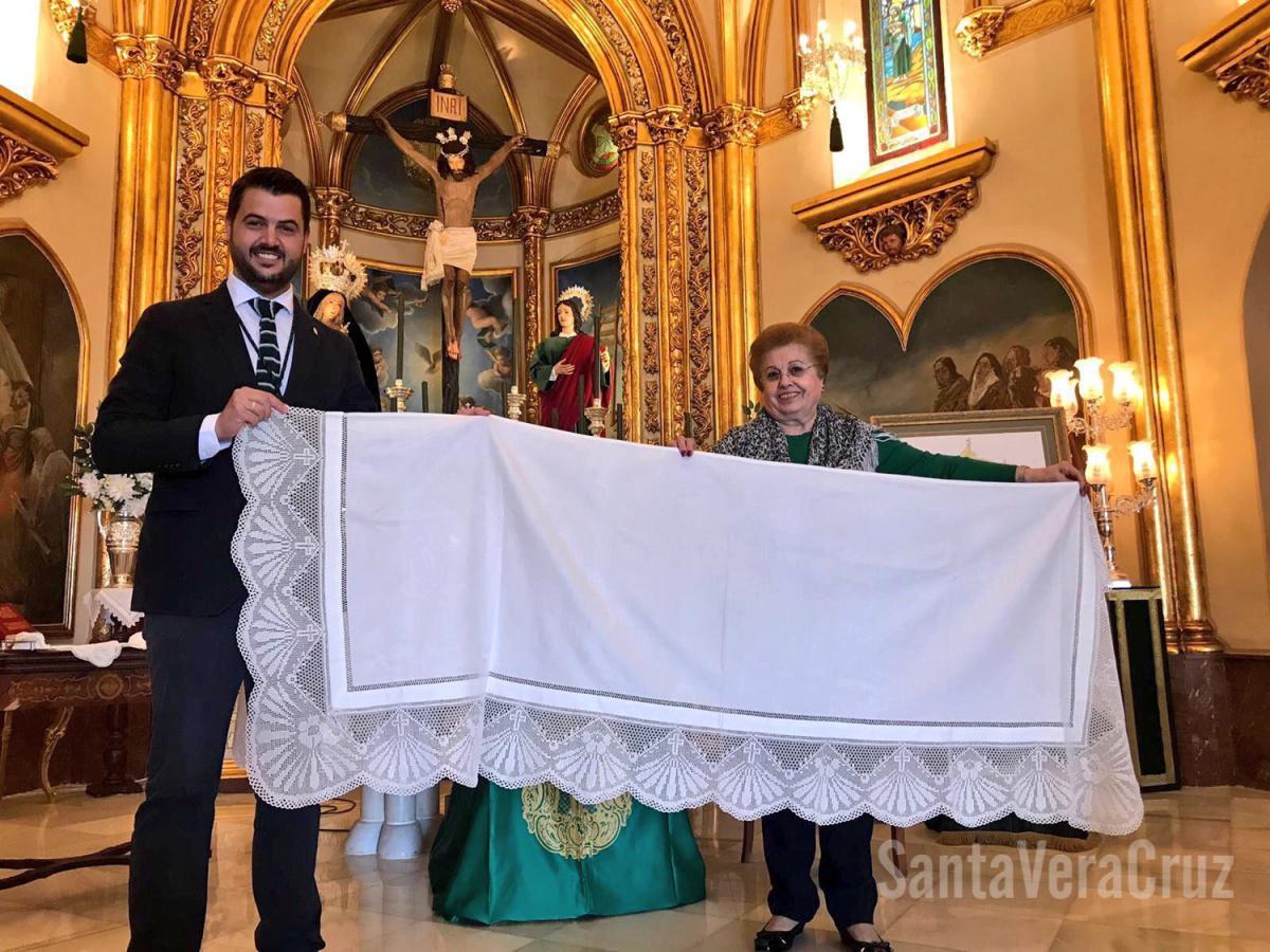 """Doña Ana Cabello da la primera puntada del nuevo estandarte """"Sancta Vera Crux"""""""
