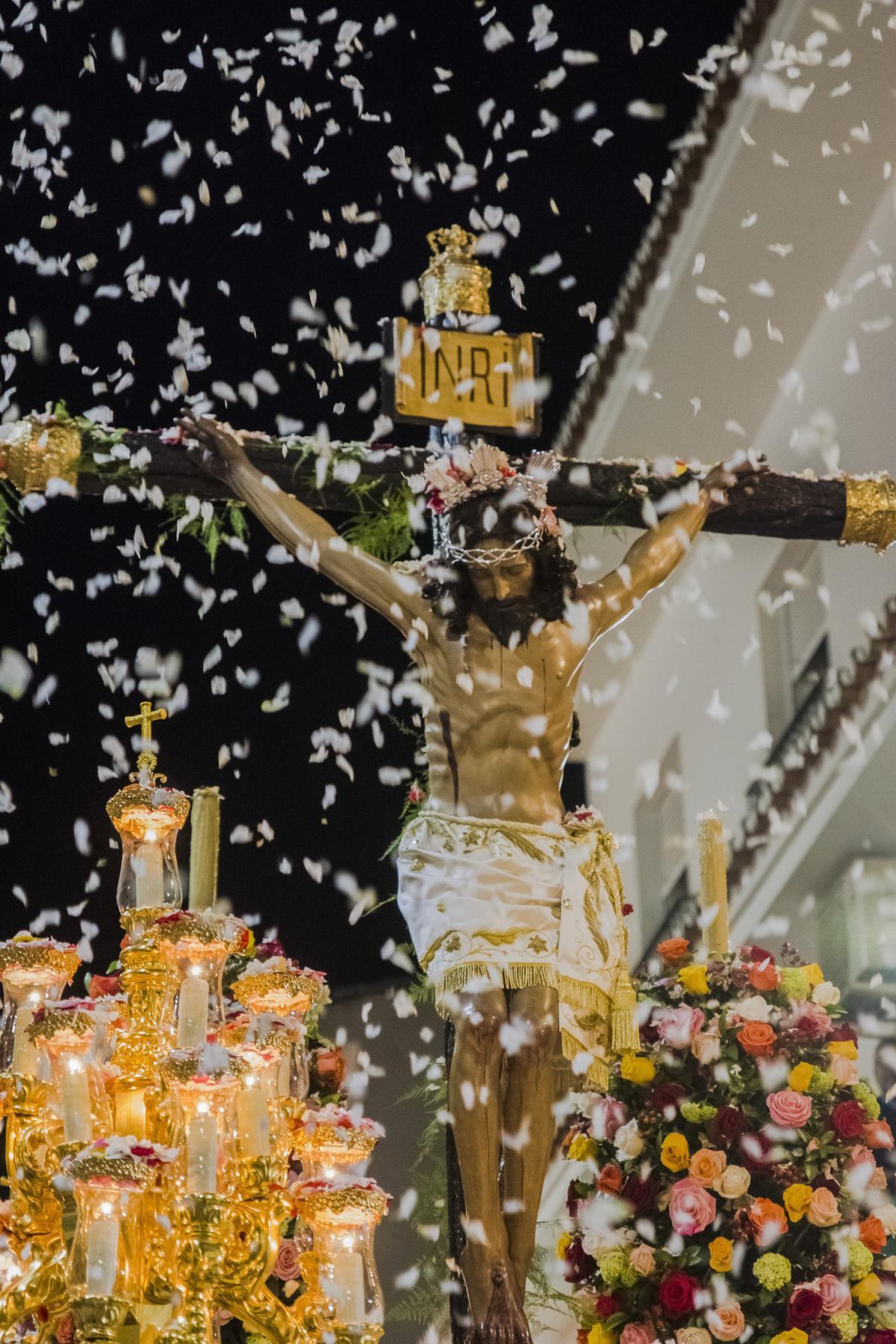 Día de la Cruz 2018. Noche del 3 de mayo. Petaladas al Señor del Convento.