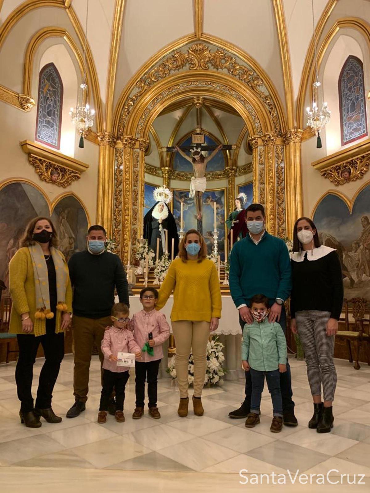 La familia Guerrero García, ganadora del sorteo organizado por la Cofradía.
