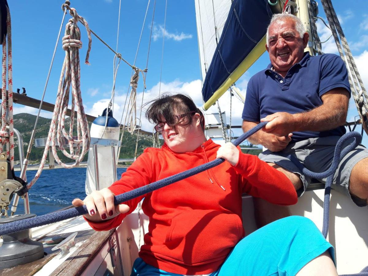 A asociación Adisbismur navega no veleiro adaptado Laion de COGAMI