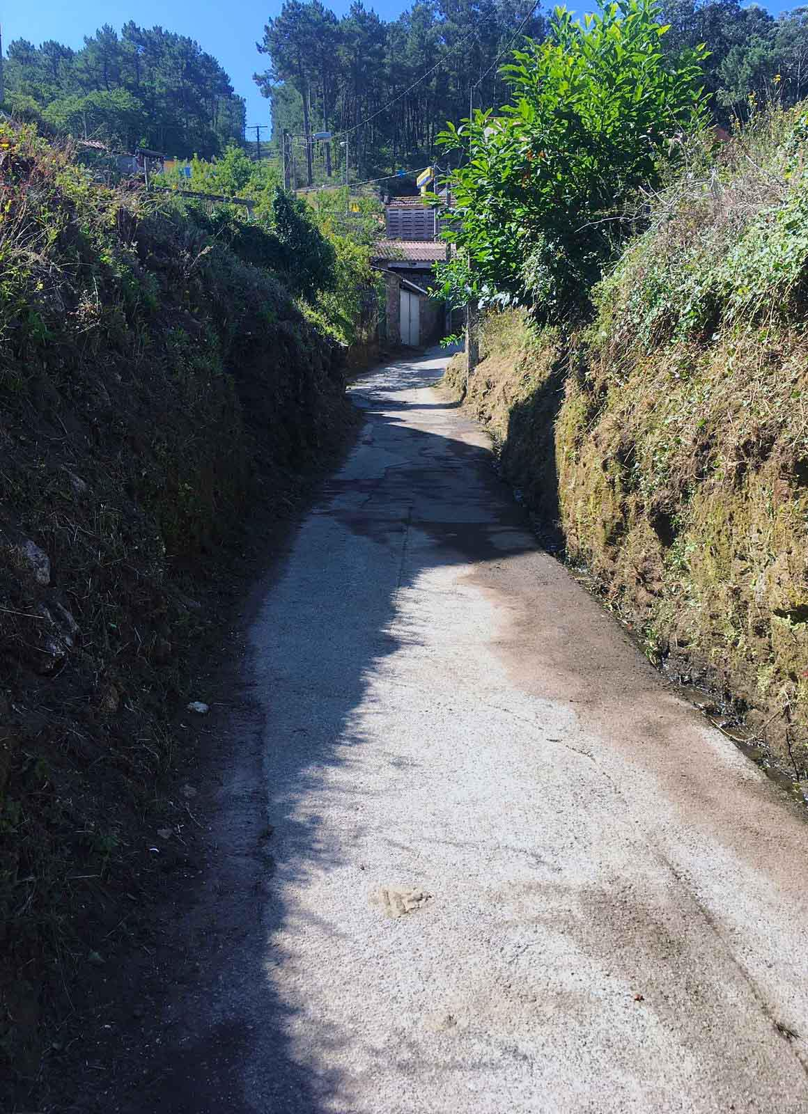 A brigada de praias de Noia efectúa desbroces nos accesos aos areais de Boa e Taramancos