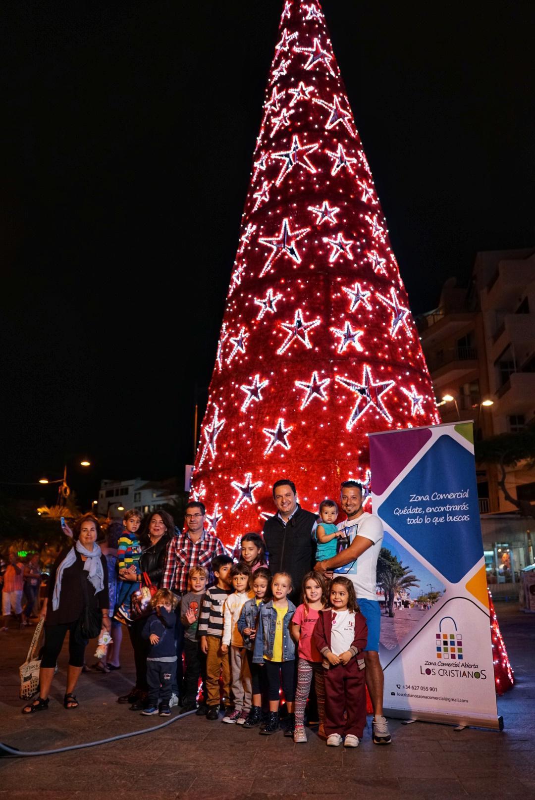 Arona inaugura su iluminación navideña con un árbol gigante junto al mar y más de 1.200 adornos en las calles del municipio