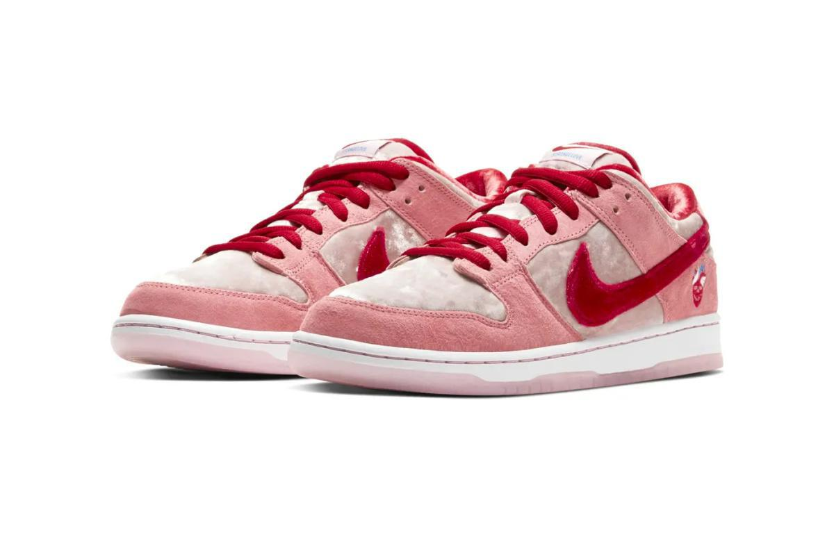 NIKE SB Dunk Low Strange Love