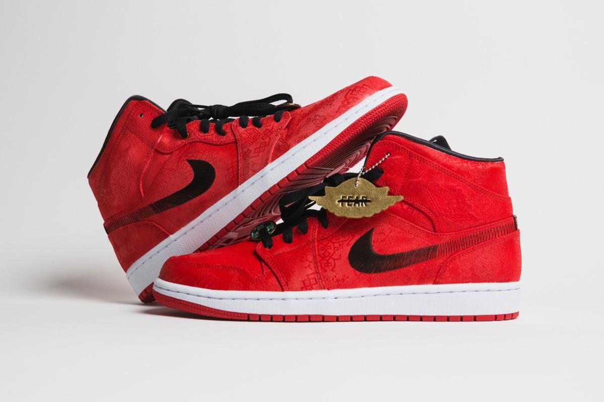 Air Jordan 1 Mid de CLOT apparaît dans une soie rouge vif