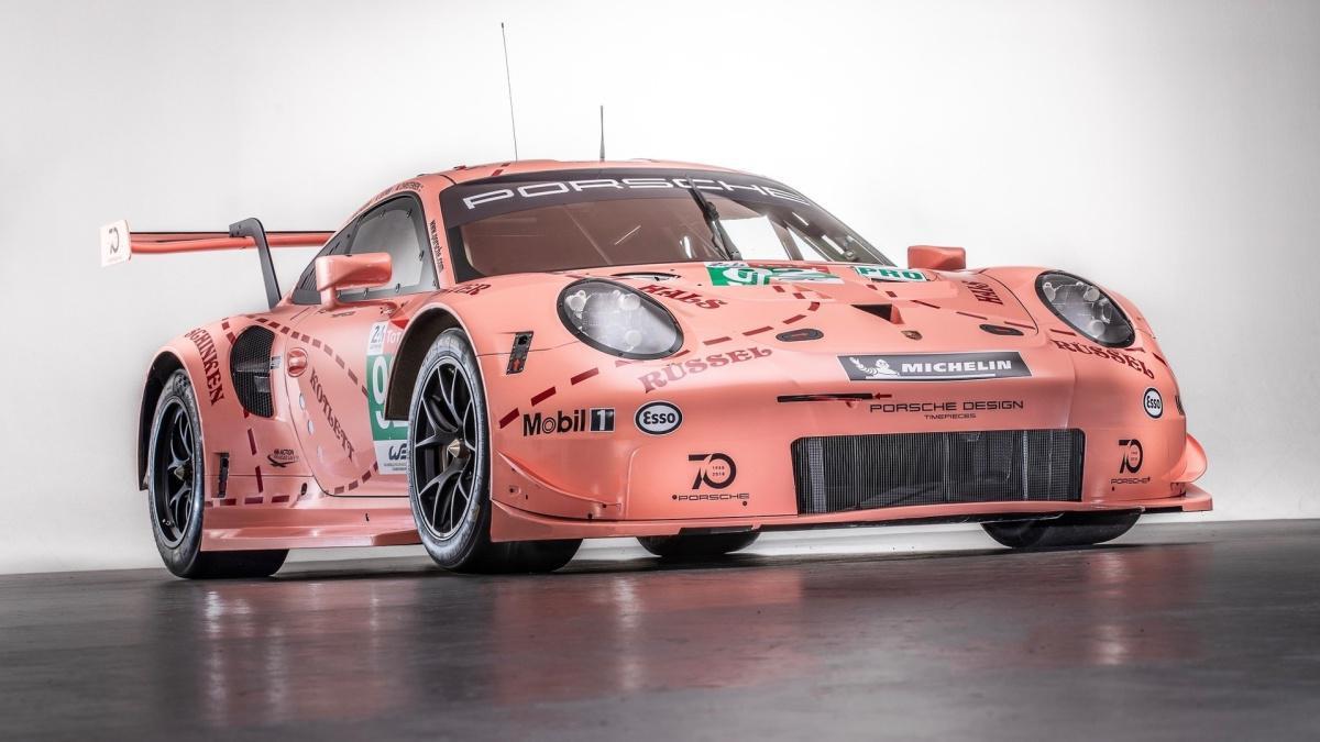 """La Nike SB Dunk Low """"Pink Pig"""" de 2021 est inspirée d'une Porsche de course du Mans"""