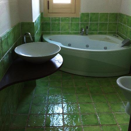 Bagno e pavimento in ceramica smaltata