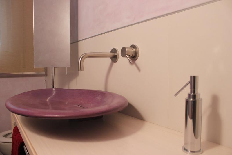 Lavabo in cocciopesto viola