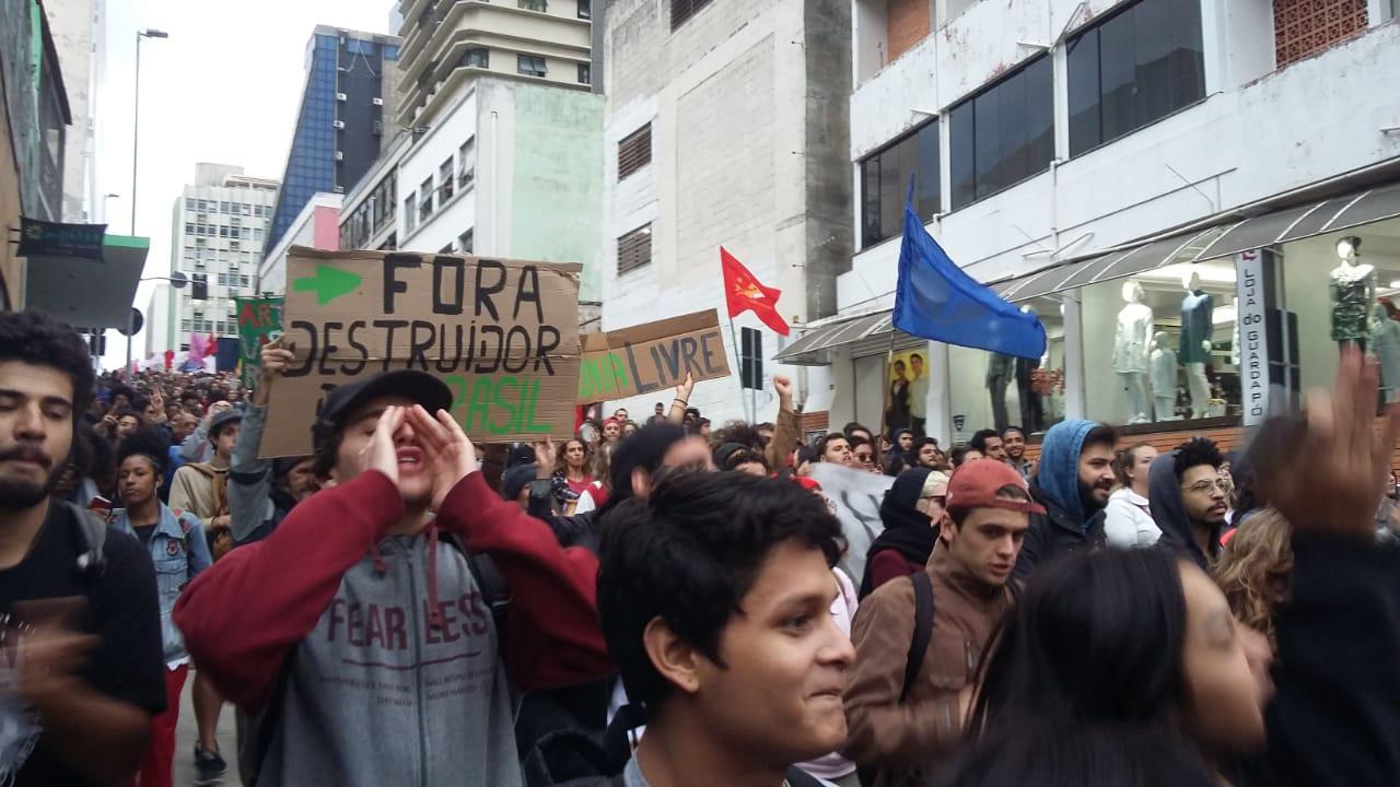 Fora destruidor do Brasil