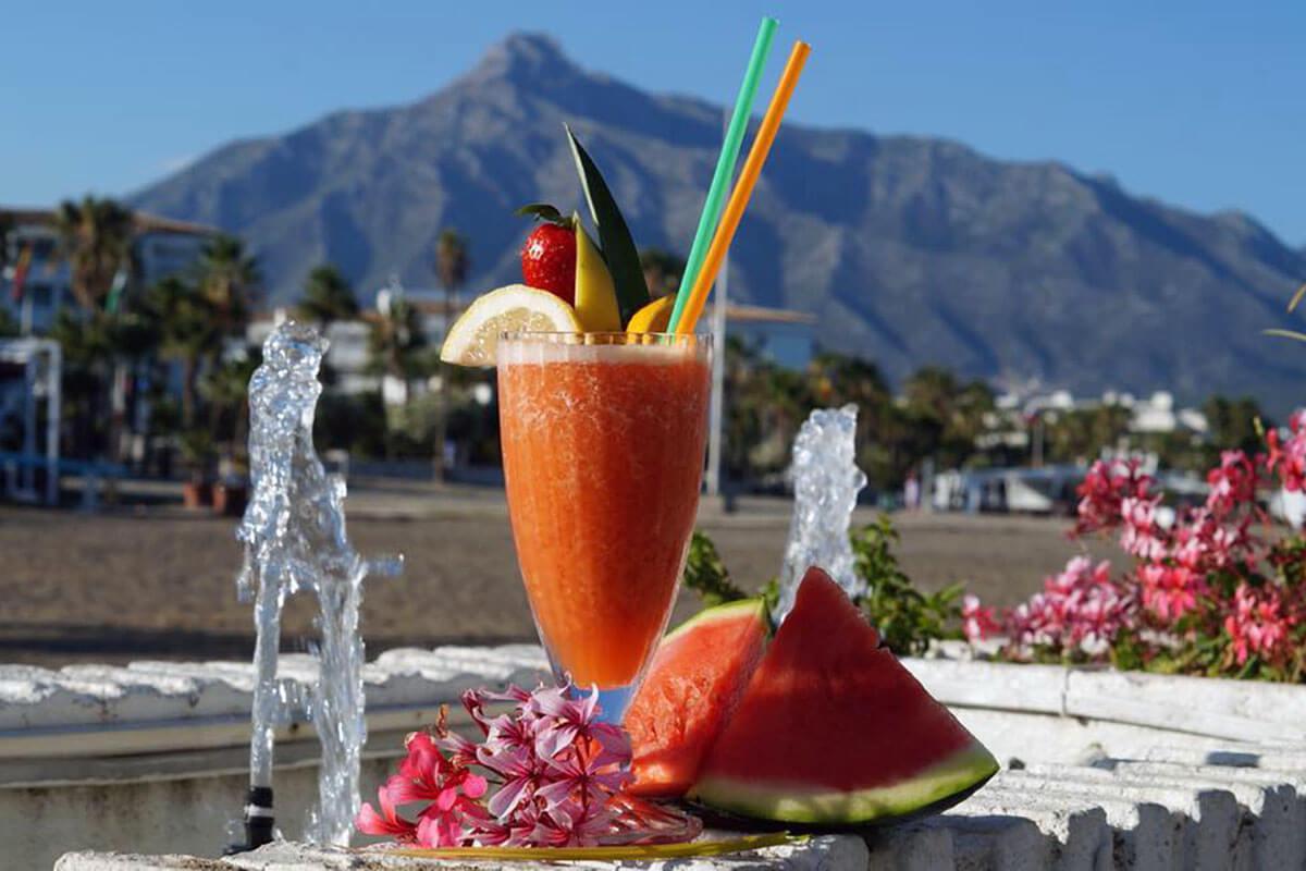 ¡Cocina mediterránea, sabrosos cocktails y espectaculares vistas!