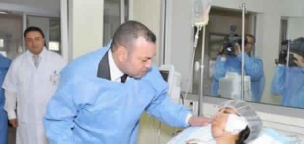 الملك يتفقد بمستشفى الرازي بمراكش أحد المصابين في فاجعة احتراق حافلة للمسافرين