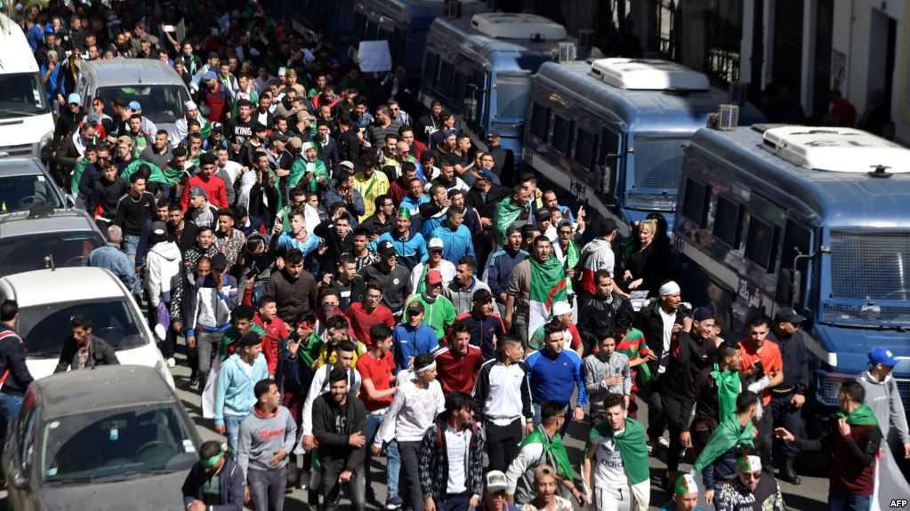 المغاربة يتابعون عن كثب حراك جيرانهم في الجزائر