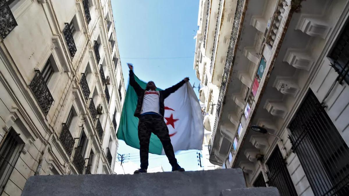 ناشطو الحراك في الجزائر يلجأون الى مواقع التواصل الاجتماعي بعد حظر مسيراتهم