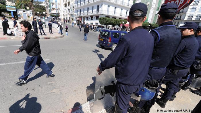 """إسبانيا سلمت الجزائر ناشطا متهما بـ""""الإرهاب"""""""