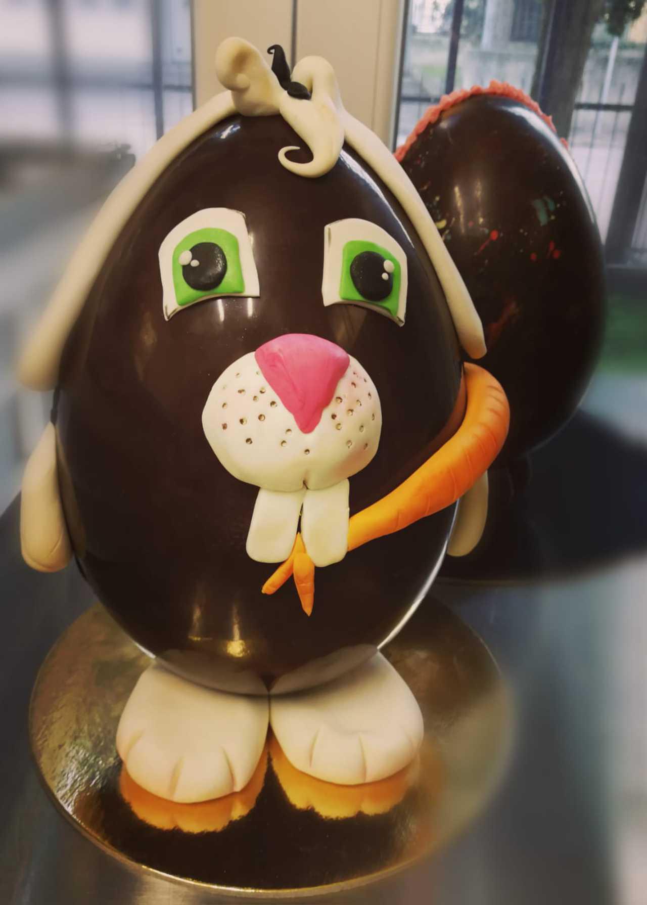Uovo di Pasqua decorato in pasta di zucchero