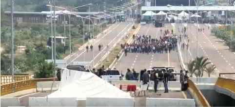 Maduro envia a Venezolanos a movilizarse al puente Tienditas para impedir intervención