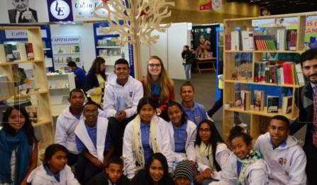 Jóvenes cordobeses que viajarán a Suecia y Finlandia con apoyo del Ministerio de Relaciones Exteriores, visitaron el estand de países nórdicos en la Feria Internacional del Libro de Bogotá