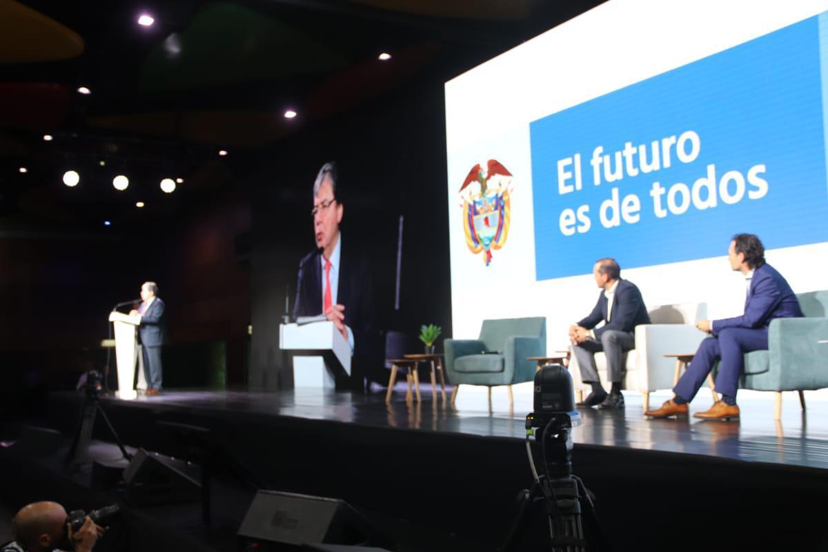 Más de 1.200 líderes y emprendedores del sector creativo participan en la primera Cumbre de Economía Naranja en Medellín.
