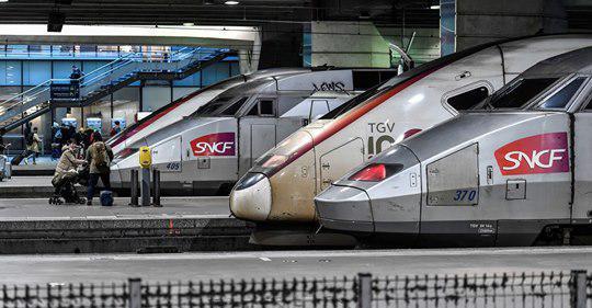 """Coronavirus: le trafic SNCF bientôt divisé par deux et """"quelques vols"""" internationaux maintenus"""