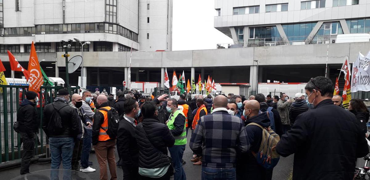 Rassemblement des salariés de la restauration ferroviaire devant le siège de Newrest