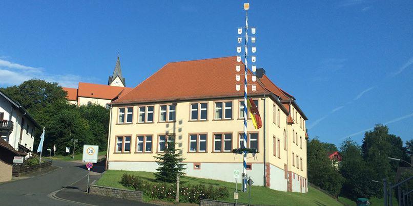Alte Schule mit Maibaum