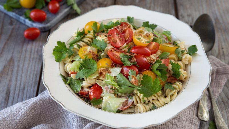 Insalata di pasta con bacon, lattuga e pomodori