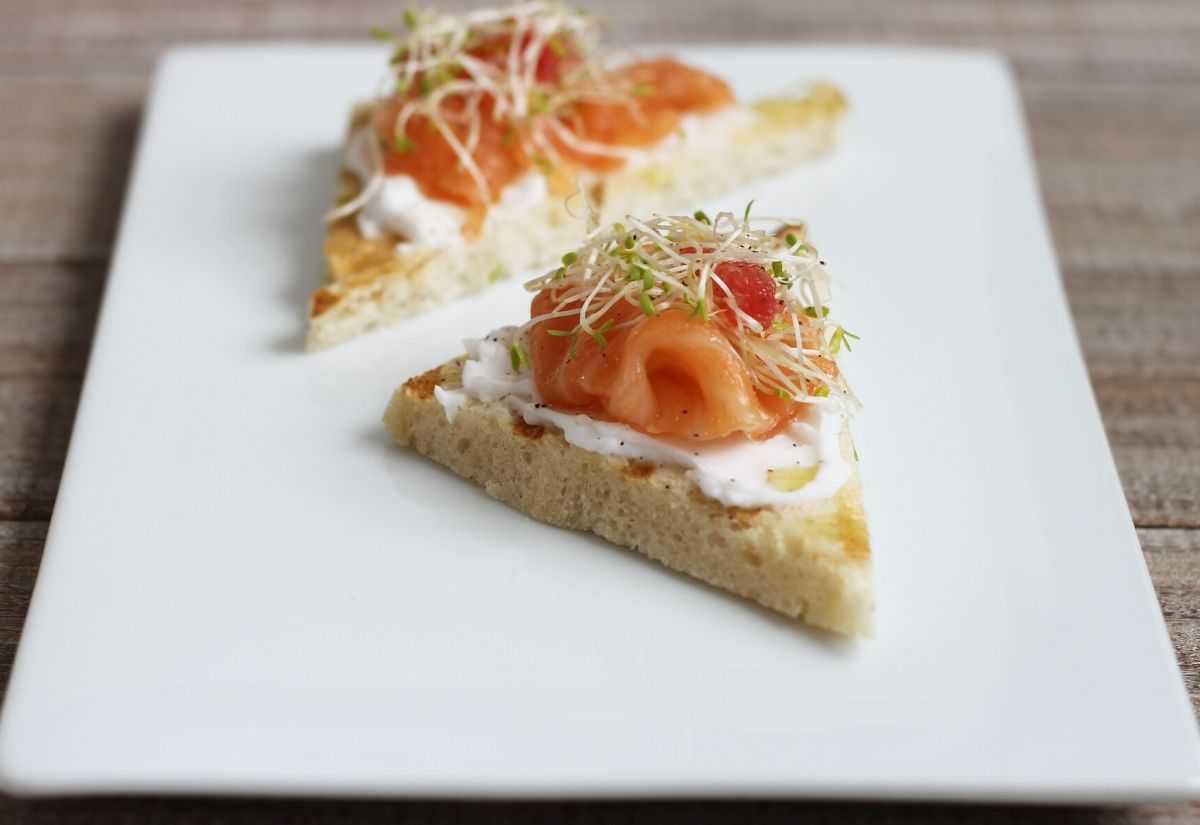 Tartine di salmone marinato svedese