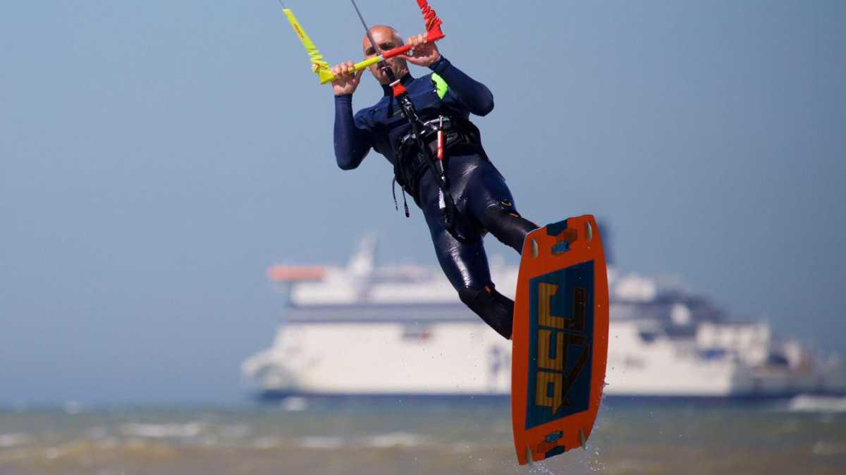 Nos images spectaculaires des kite-surfers à Sangatte, ce dimanche
