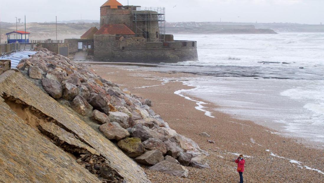 À Ambleteuse, une course contre la montre pour réparer la digue avant la prochaine marée haute