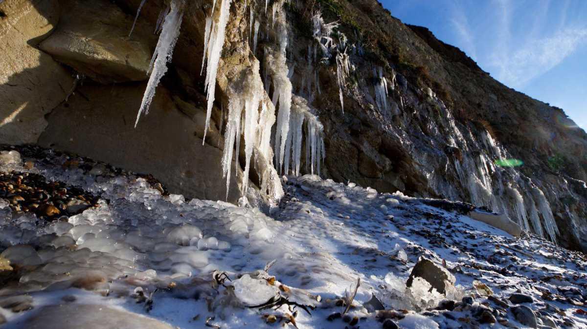 Escalles: au pied des falaises du cap Blanc-Nez, le froid forme des stalactites