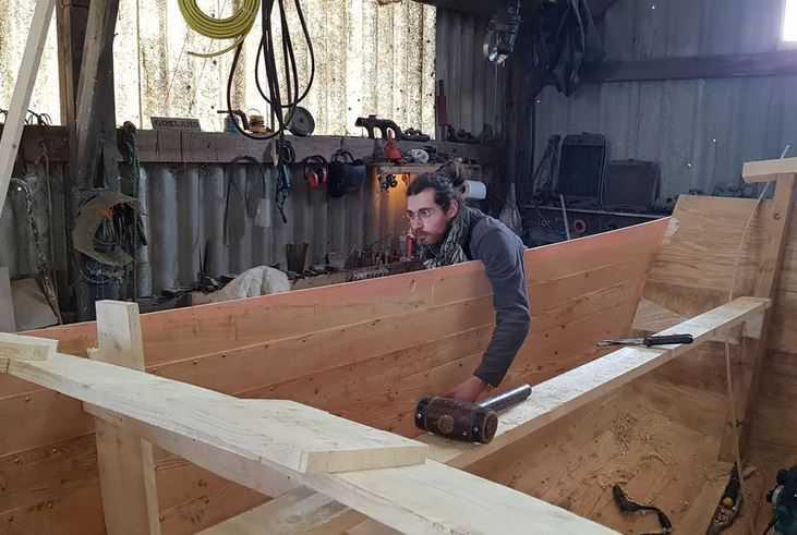 À Audresselles, un jeune charpentier fabrique deux vieux flobarts pour la Route du poisson