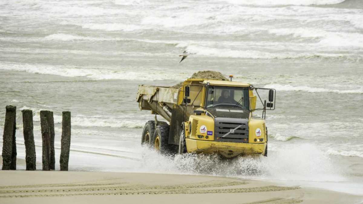 Pourquoi autant d'engins de chantier sur la plage de Wissant ?