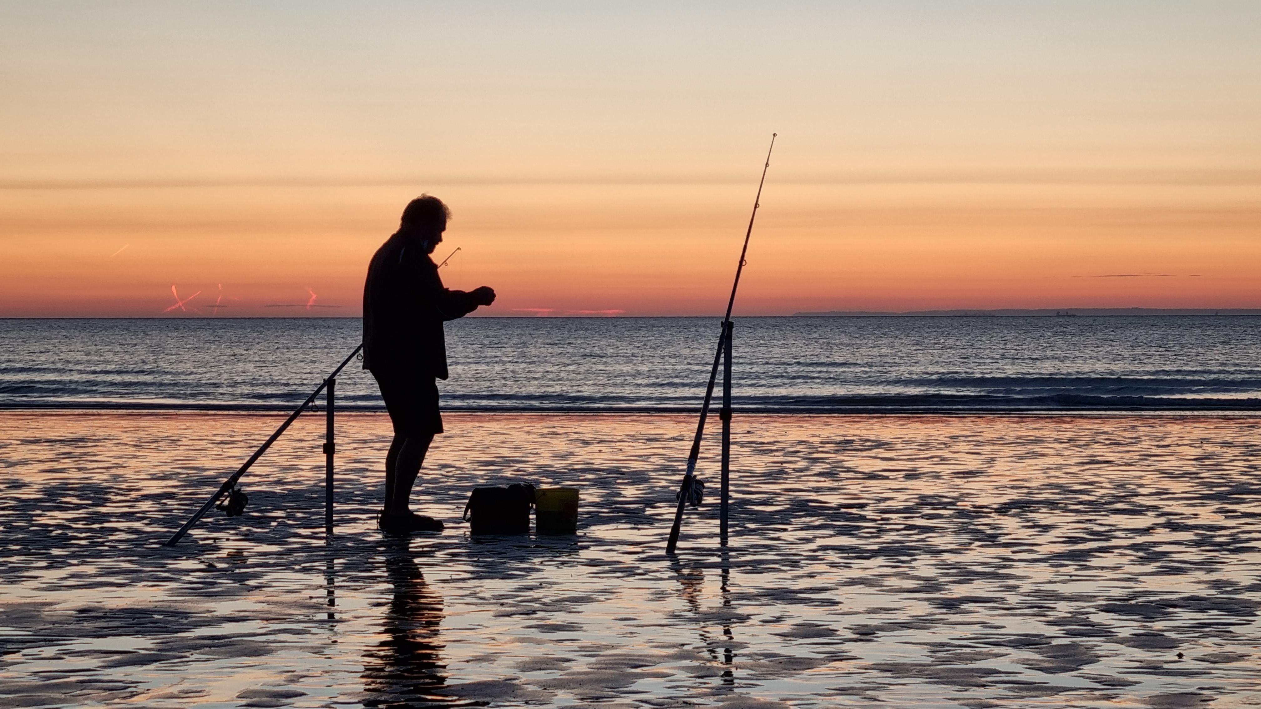 Pêcheur au soleil couchant