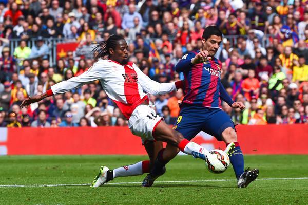 Ba, foto stânga, în duel cu Luis Suarez, Rayo Vallecano vs FC Barcelona