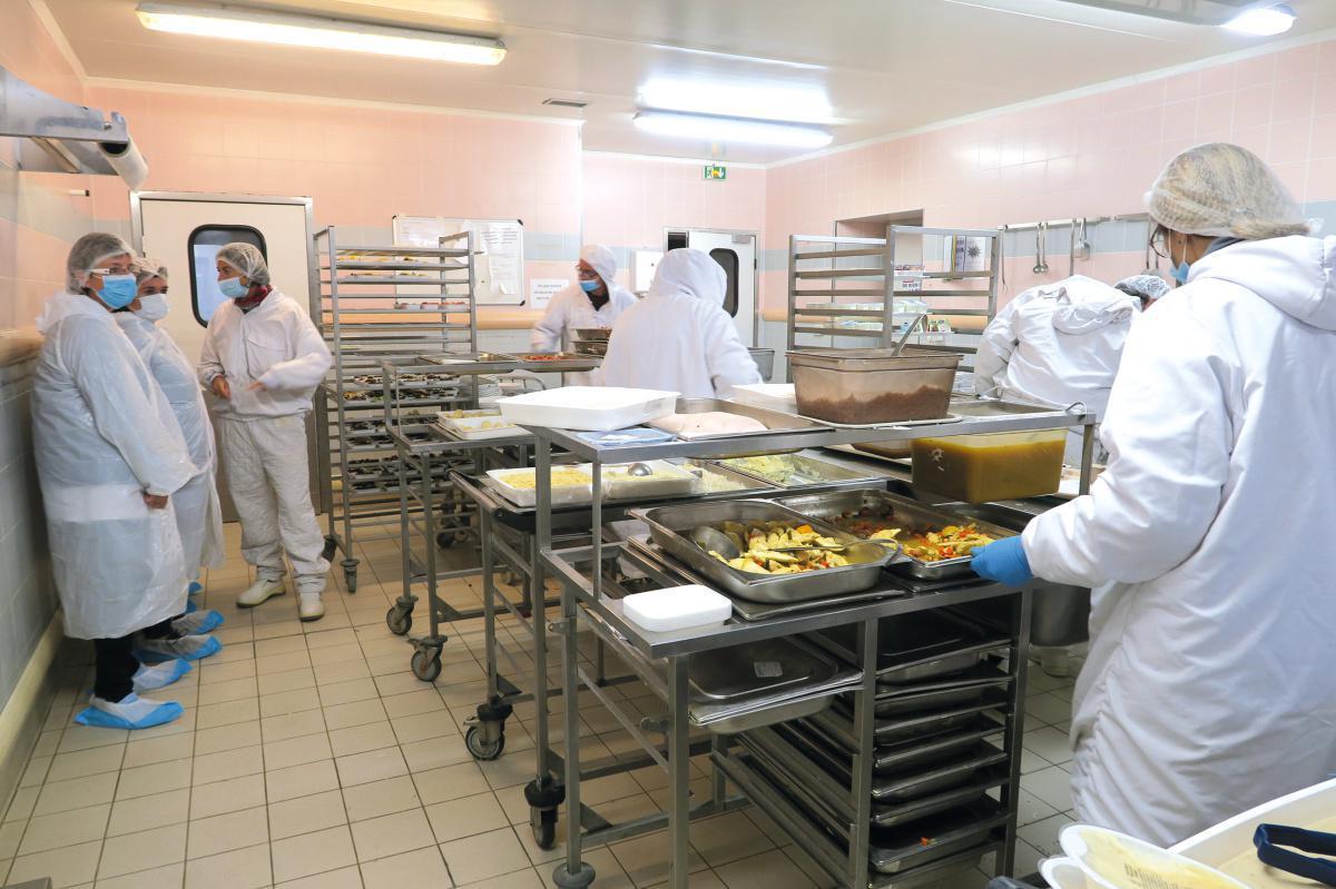 Au cœur des cuisines de l'hôpital Victor Jousselin