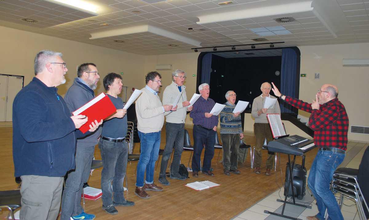 Un chœur d'hommes répète à Bû