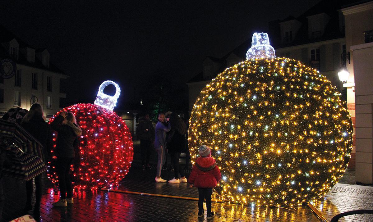 Illuminations et Père Noël pour une fin d'année joyeuse