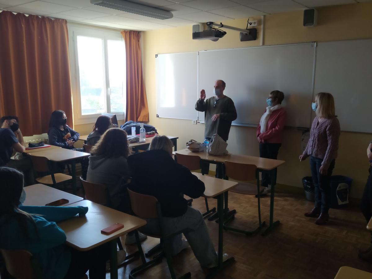 À Saint-Georges, une classe de seconde part à la découverte de la langue des signes