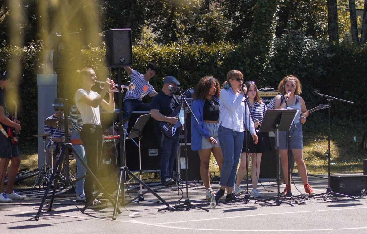 """Devant terminales puis secondes, l'atelier orchestre du campus donne le """"la"""" pour la fin d'année"""