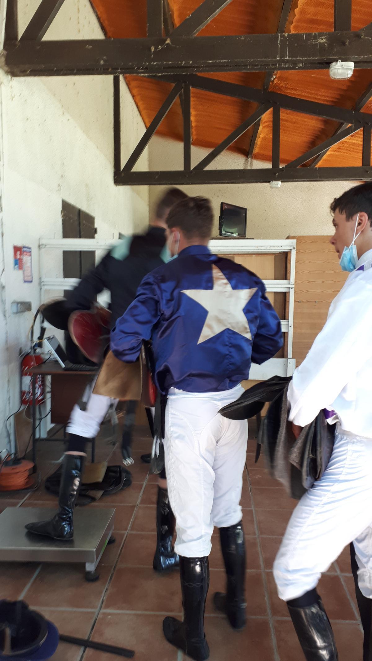 La pesée des jockeys