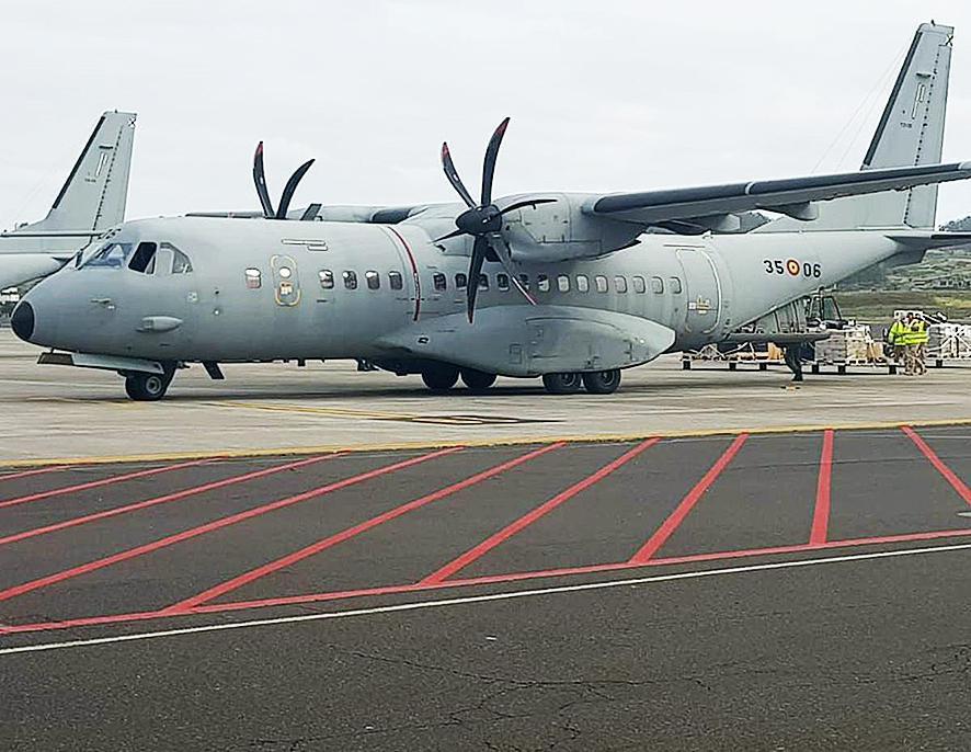 Vliegtuigen met medisch beschermingsmateriaal komen aan op de eilanden