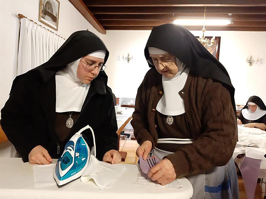 De zusters van de Arme Klaren van La Laguna maken ook mondmaskers