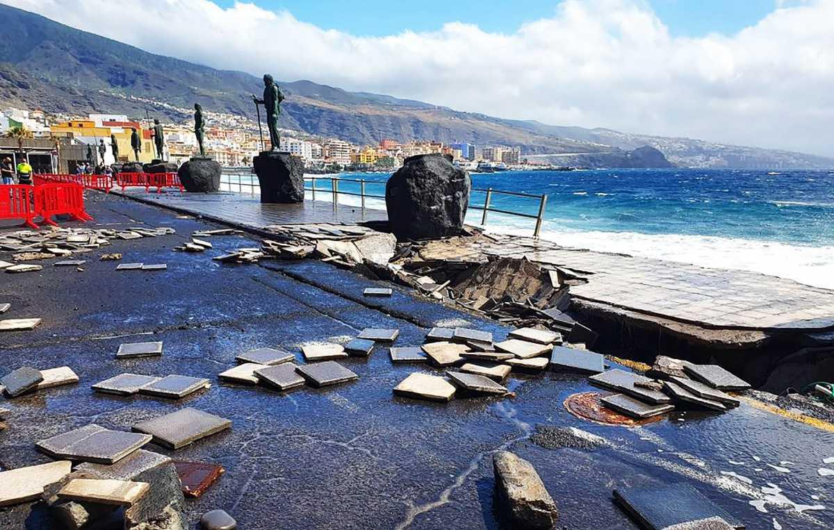 De zee beschadigt opnieuw de Plaza de la Patrona de Canarias in Candelaria