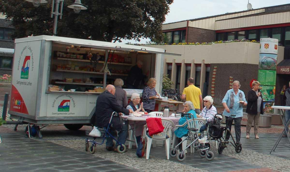 """""""Fair Mobil"""" – Verkaufstand mit fair gehandelten Waren auf dem Lathener Wochenmarkt"""