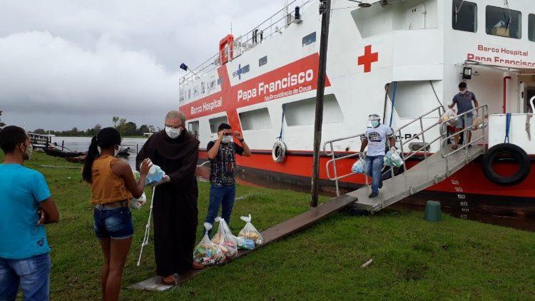 Barco-hospital Papa Francisco apoia comunidades ribeirinhas