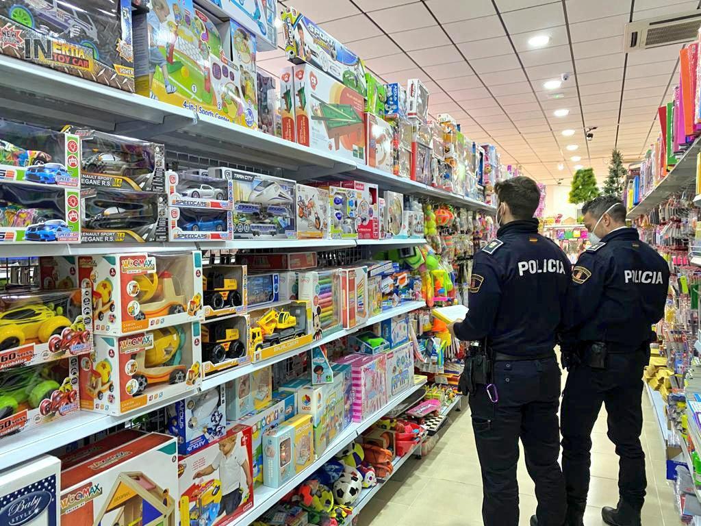 La Policía Local retira más de 40 juguetes en inspecciones a tiendas y bazares