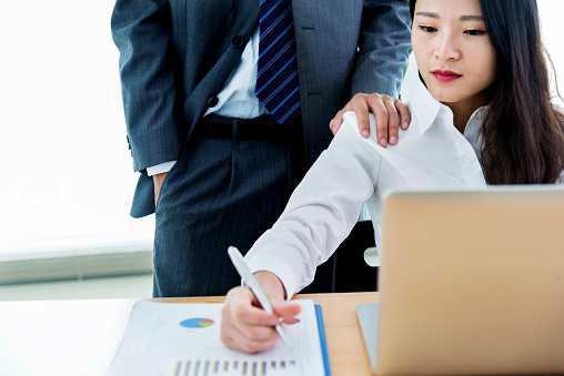 Harcèlement sexuel : une nouvelle définition en droit du travail.