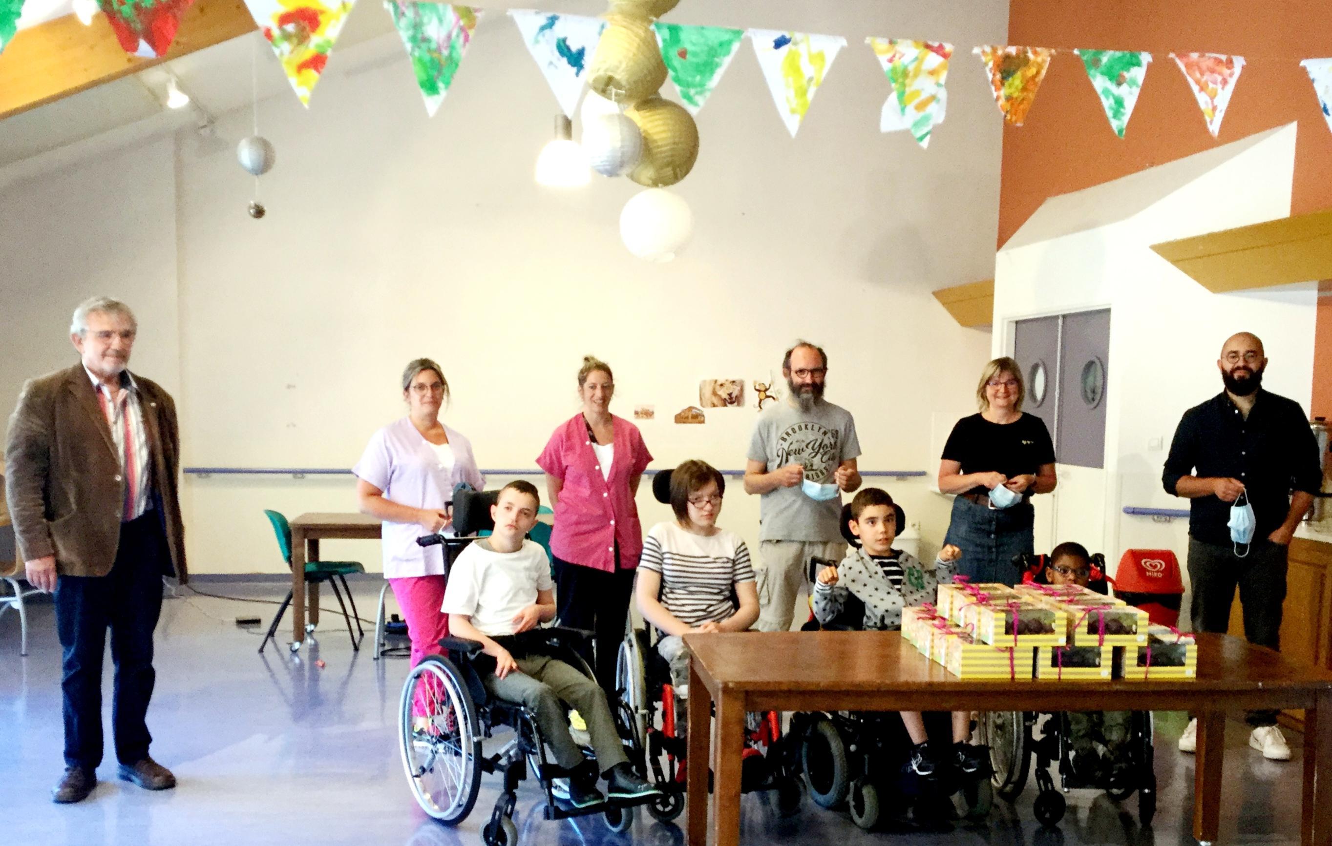 Distribution aux enfants des Babissous à St Mayme